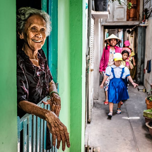 Walking into Friday with smiles! One of the last snaps of a great tour yesterday. #vietnam #saigon #hochiminhcity #phototours #photographytours #streetphotography #photostreet #saigonphototours #morning #smiles #light #alley