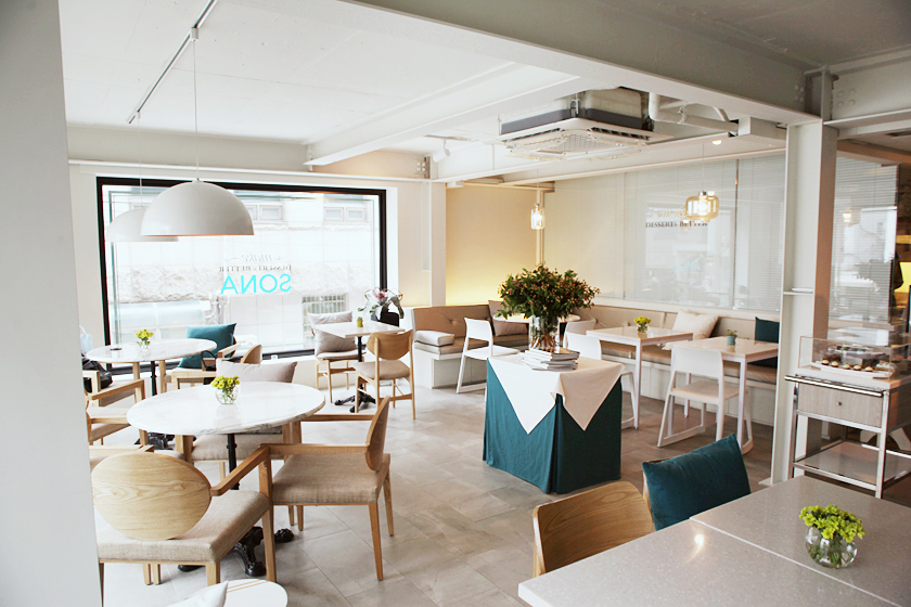 Bright interior with lots of sunshine during the day. Seating areas for 2-4 people.