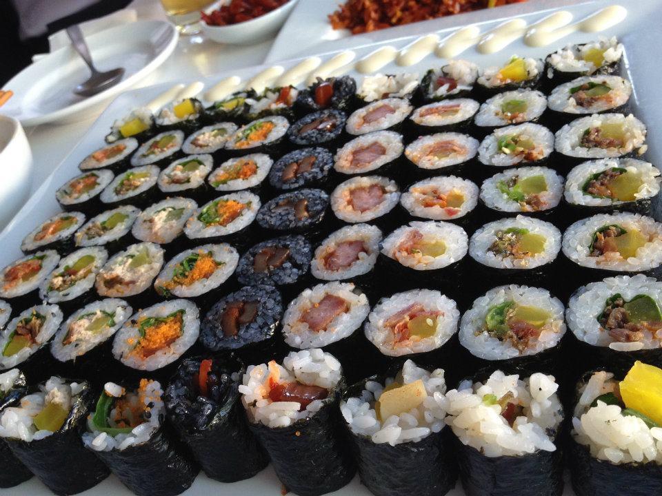 모둠마리  21,000원  멸치/볶음김치/참치/오징어먹물/날치알/스팸/고추멸치/불고기/베이컨마늘. ( small anchovies, stir-fried kimchi, tuna, squid, fish roe, spam, jalepenos, bulgogi beef and bacon garlic)  A assortment of School Food's well known mari's (rolls). They aren't called kimbap here because the chefs roll the rice and ingredients together lightly rather than tightly pressing down in order to create a more light and airy roll than traditional kimbap. This allows for the flavour of these unique rolls to separate and be tasted in your mouth.
