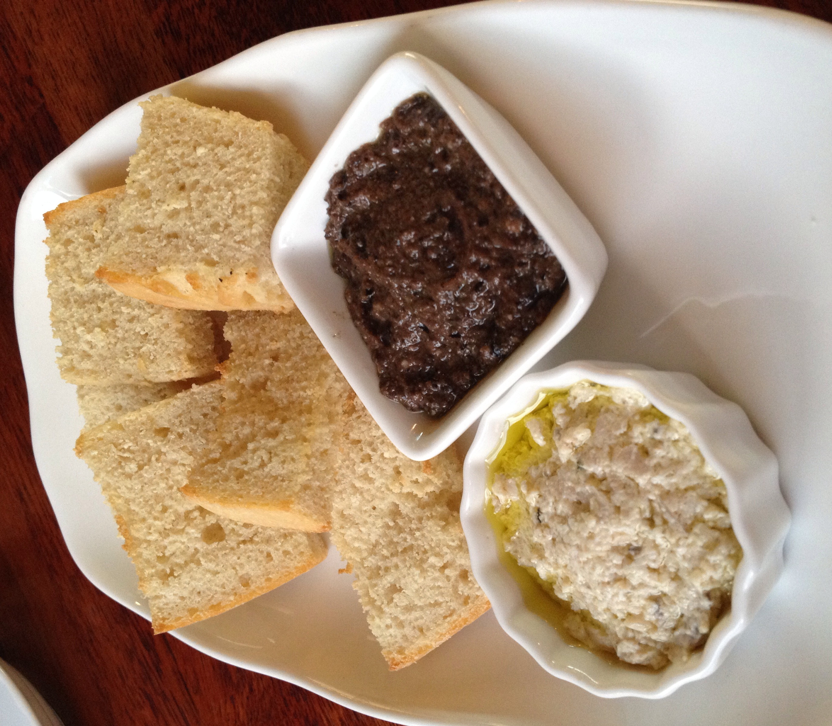 This lovely starter comes with your meal. Hot toasted ciabatta bread with mushroom spread and a  black olive tapenade. I looooveee this black olive spread. It wasn't too salty here and the flavours were rich mixed in with the good quality olive oil.