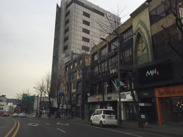Itaewon info:  서울시 용산구 한남동 736-8 2층. 2nd Floor, 736-8 Hannam-dong, Yongsan-gu.  Call: 02-749-2173. Open 11:30am-midnight with a break from 2:30-5:30pm.