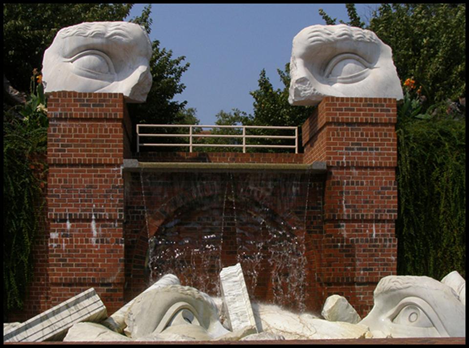 Face fountain, Canal Center Plaza