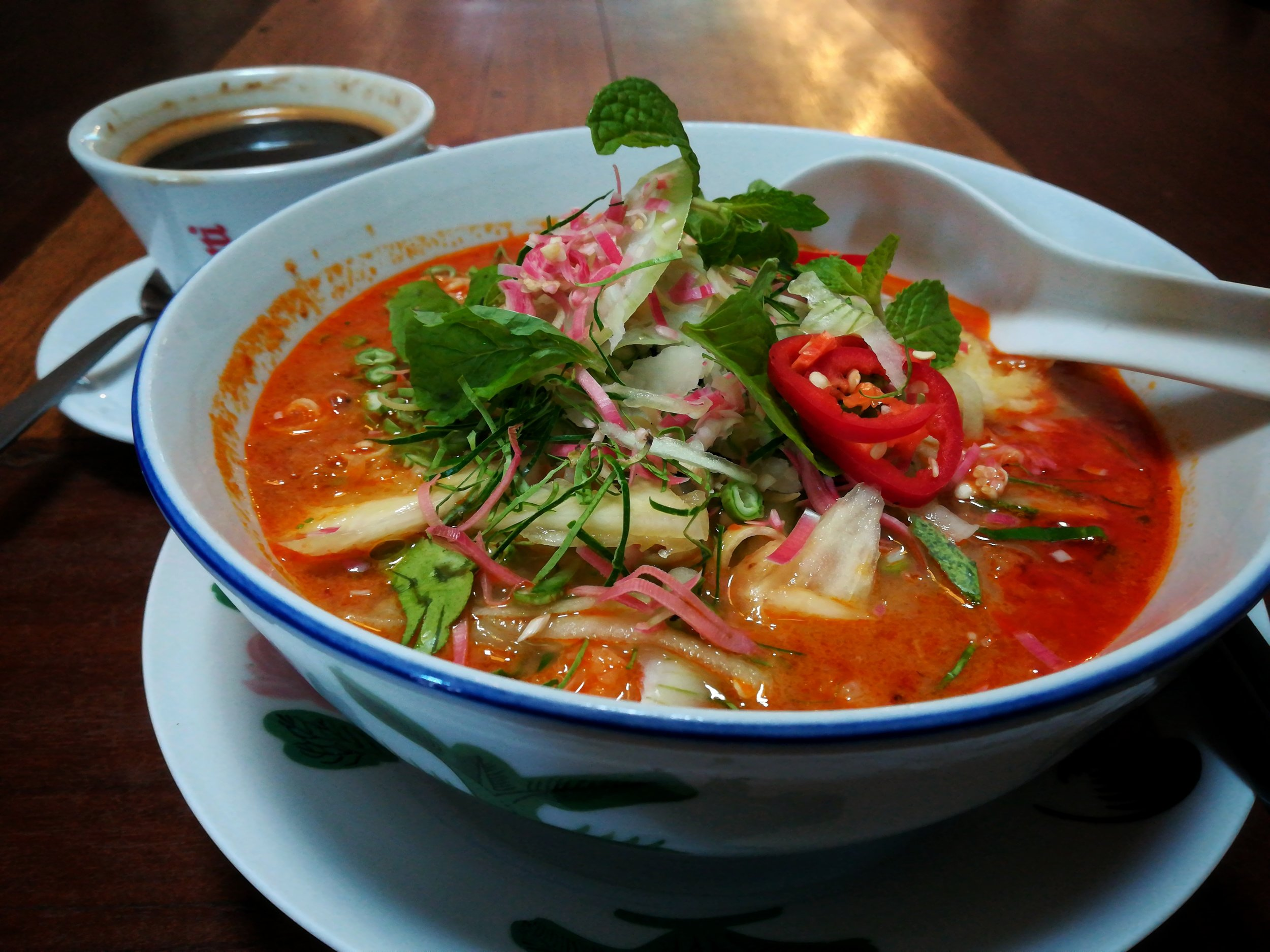 Rich and creamy, with a tangy but satisfying coconut taste, the Ren I Tang Asam Laksa comes with all the bells and whistles. It has the subtle bite of the grated bunga kantan (torch ginger flower) and the beautiful fragrance of mint and herbs. It's probably closer to a southern Laksa because of its strong coconut taste, but it's still one of our favourites in Penang.