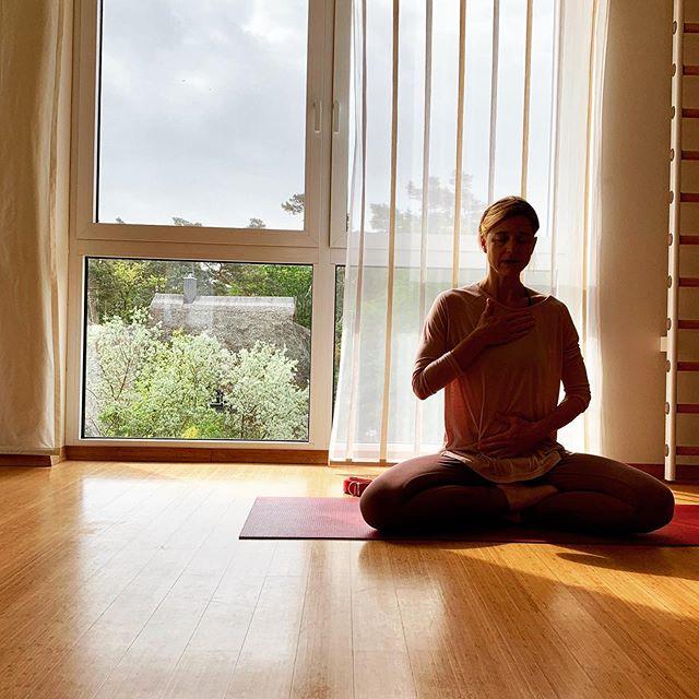 Ab und zu braucht man ne kleine Auszeit, um sein Inneres Feuer wiederzufinden. Das lange Wellnesswochenende mit der Schulfreundin und ganz viel Yoga bei ihr hat unendlich gut getan. 🙏🏼 Jetzt gehts zurück in die Großstadt zu meinen Jungs. Das wilde Start-up-Leben ruft. 😅 Aber nicht mehr lange, dann sind schon wieder Sommerferien. 😄 . . . #auszeit #metime #yogagirl #yogamom #yogamama #yogini #wellnesswochenende #wellnessweekend