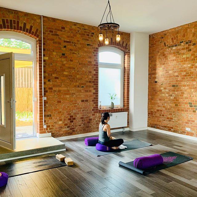 Today I enjoyed a wonderful #yinyoga class at the @yogabarnberlin 🧘🏼♀️ Now I feel nourished, grounded and peaceful. Ready for the new week to come. 💫 . . #everymomneedsanom #om #yogastudio #yogamom #yogamama #omliving #mindfulmama