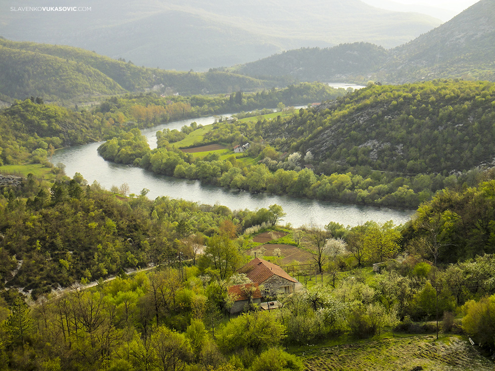 Tok rijeke Trebišnjice kroz selo Ušće, jedan od rijetkih autentičnih dijelova ove rijeke autorska prava © 2010 Slavenko Vukasović