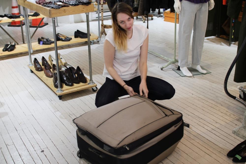 Leah est très excitée de découvrir ce qui se trouve dans la valise cette semaine!