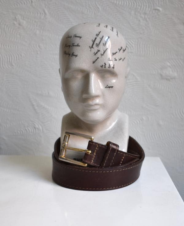 """""""J'ai volé la ceinture vintage en cuir brun de ma mère, tout le monde a besoin d'une bonne ceinture en cuir dans leur garde-robe."""""""