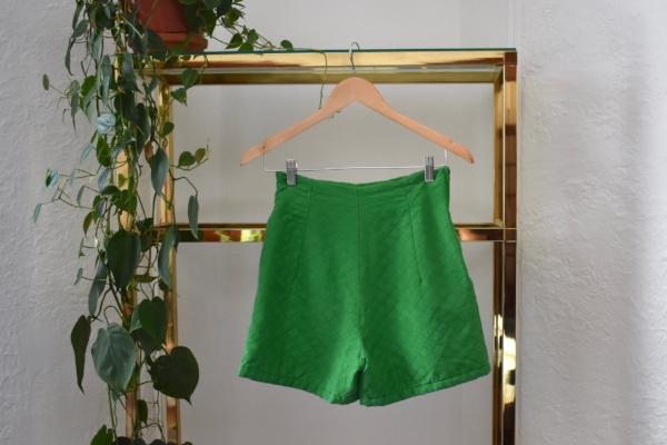 """""""Je suis obsédée par ce short vert en soie, j'adore sa taille haute, il serait super autant habillé chic que détendu. Quelqu'un doit se le procurer  """""""