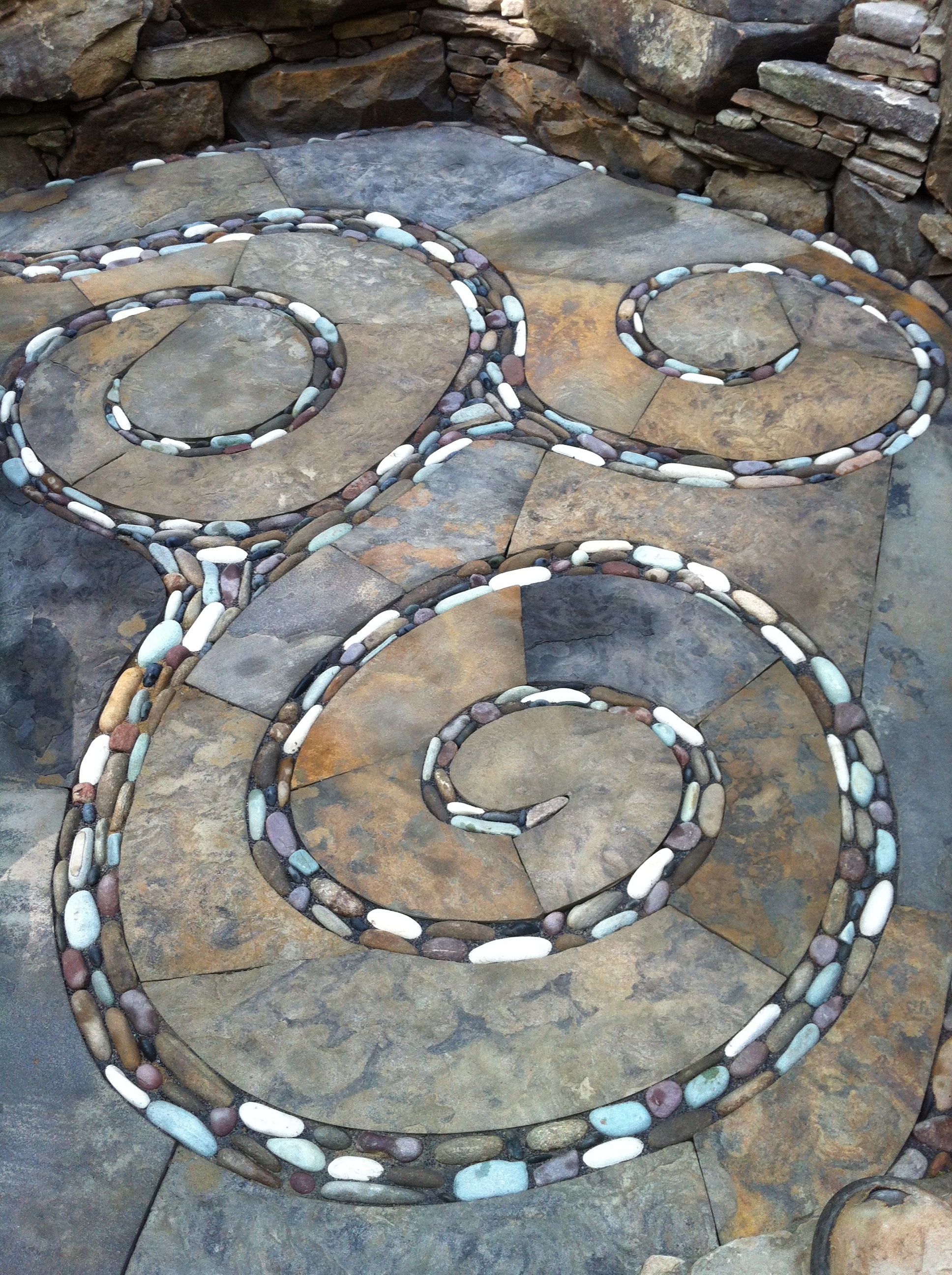 Blended pebble swirls in a dry laid patio