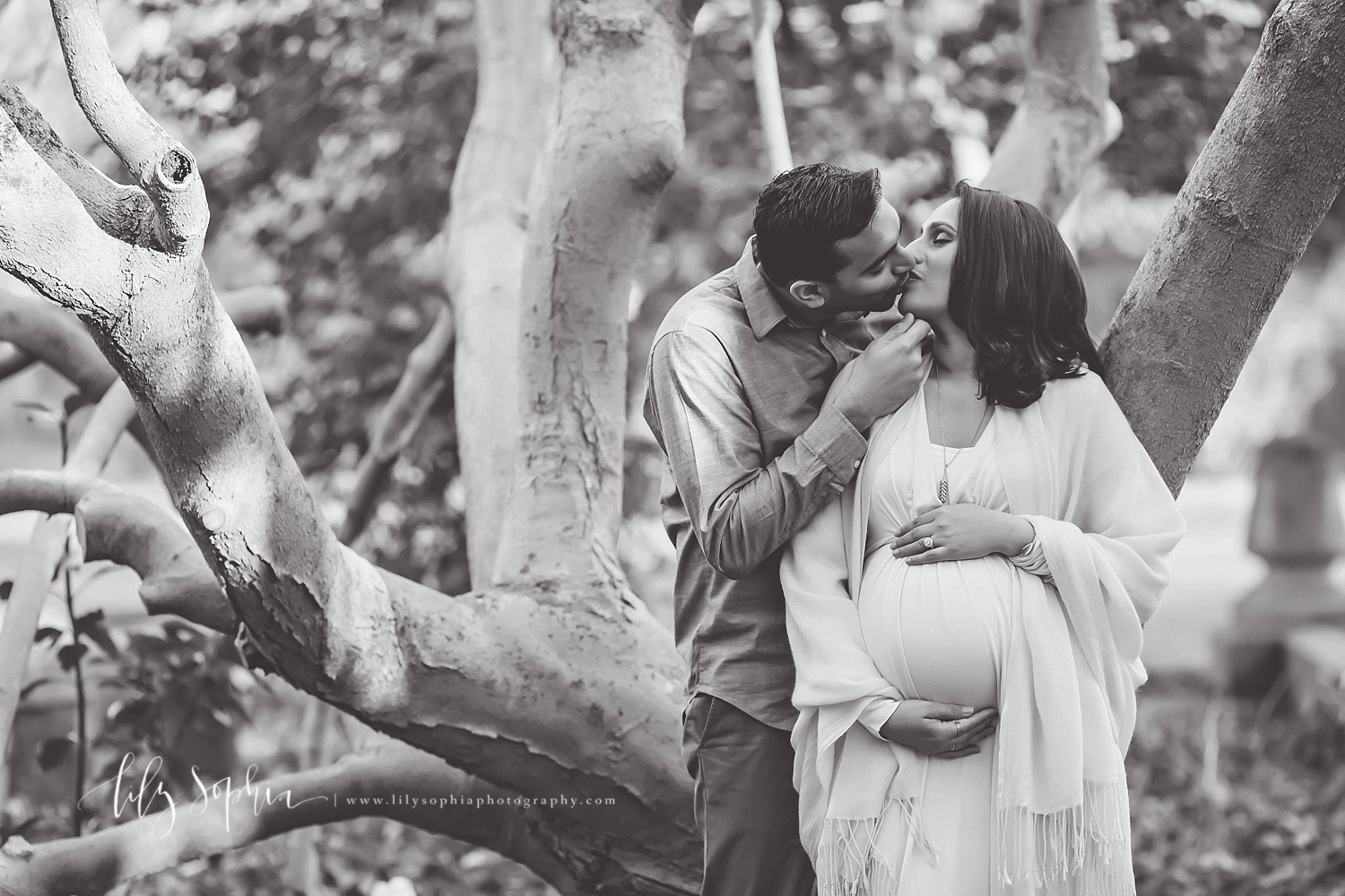 tree-gardens-atlanta-outdoors-sunset-black-and-white-indian-couple-expecting-baby-girl-pregnancy-maternity-photographer-atlanta-georgia-buckhead-intown-virginia-highlands-grant-park-natural-light-photography
