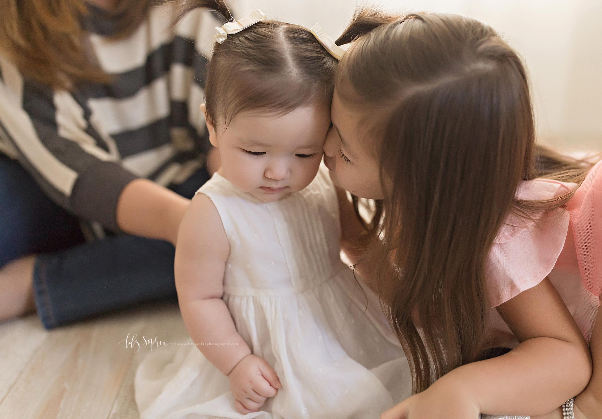 atlanta-midtown-brookhaven-decatur-lily-sophia-photography-photographer-portraits-grant-park-studio-six-month-milestone-baby-girl-big-sister-family_0127.jpg