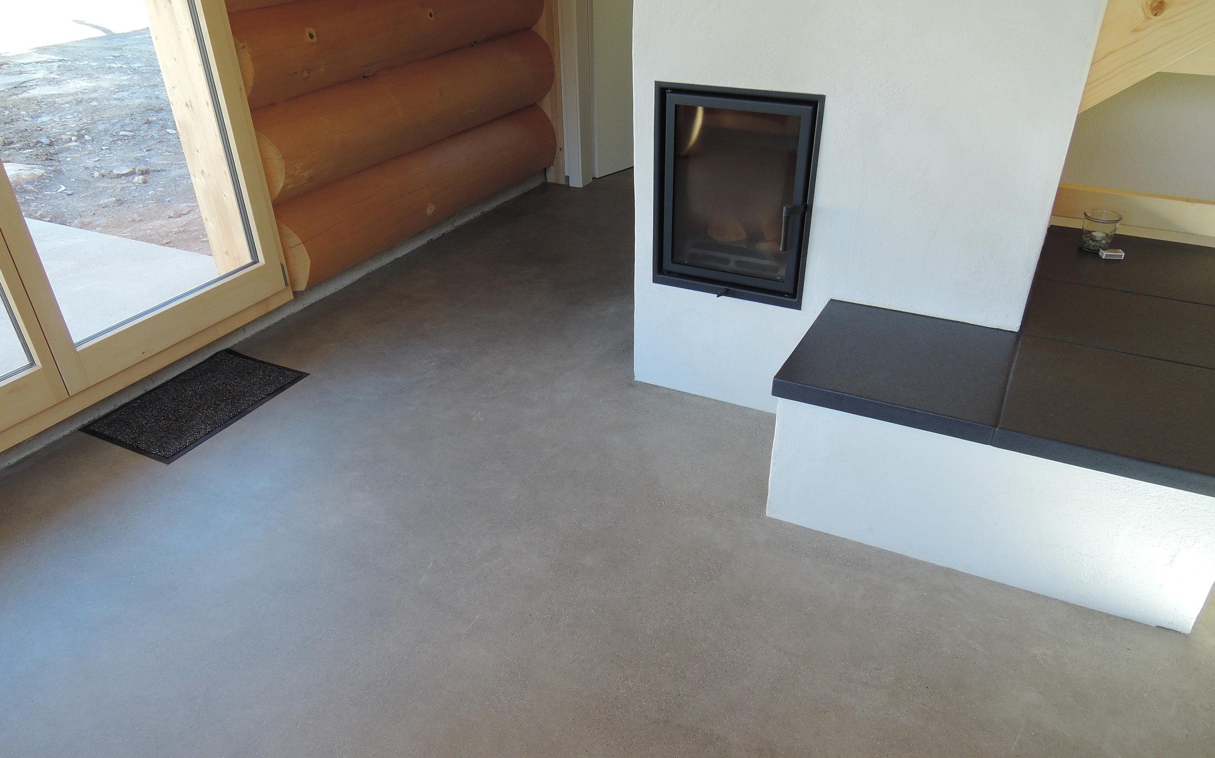 Betonboden-im-Wohnbereich-schleifen-und-versiegeln-2.JPG