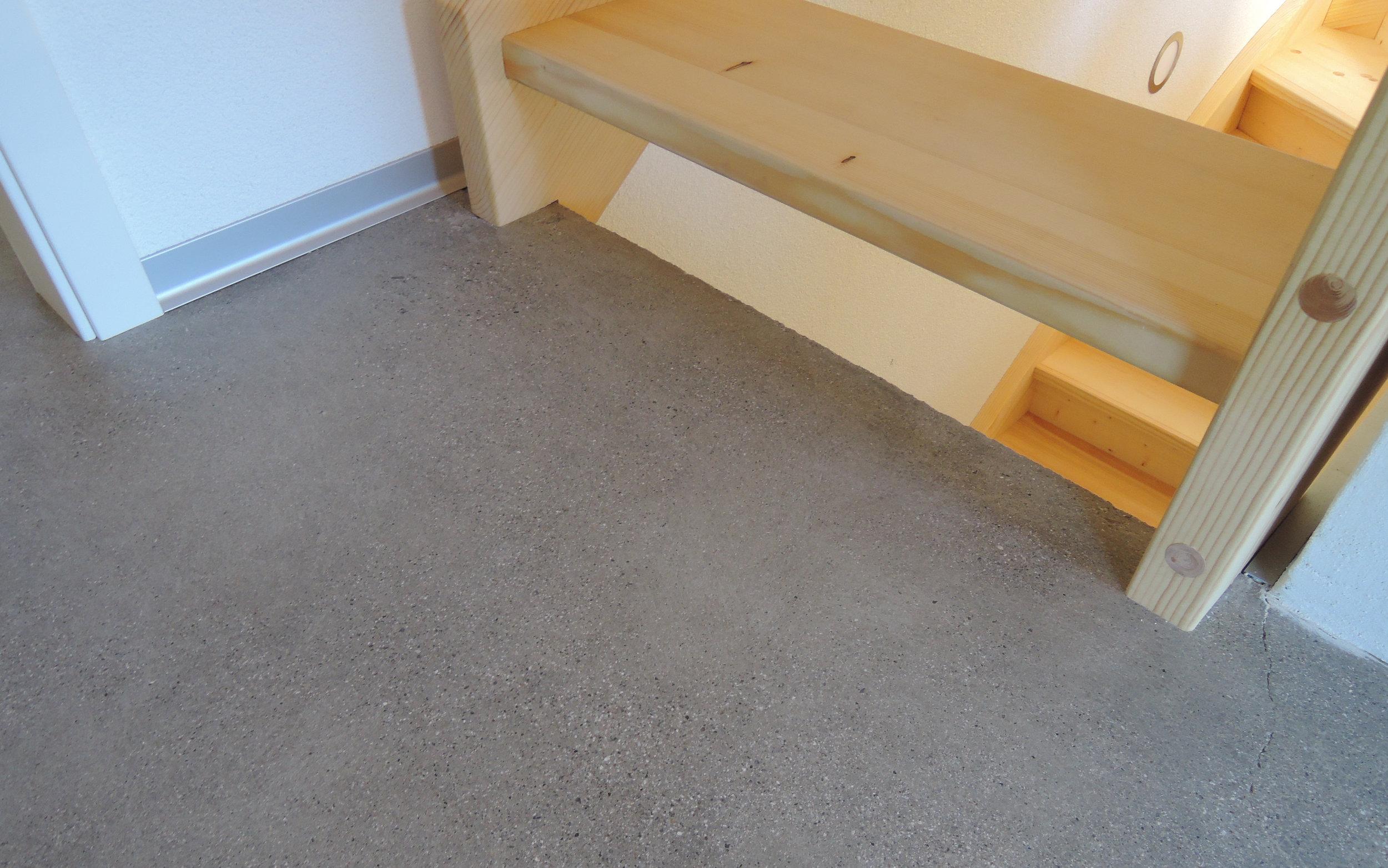 Betonboden im Wohnbereich schleifen und versiegeln
