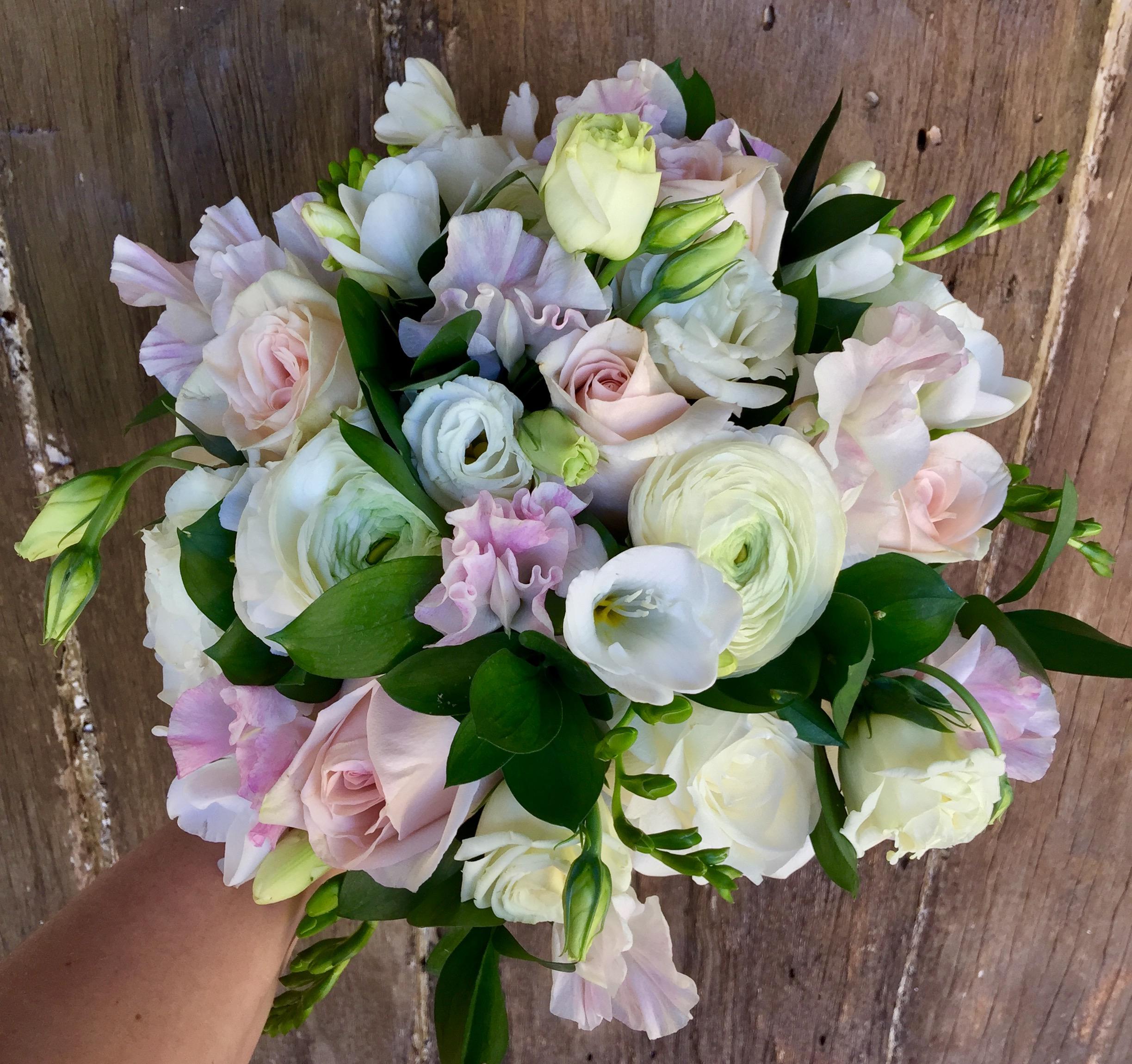 ranunc freesia rose sweetpea lissi blush maid.JPG