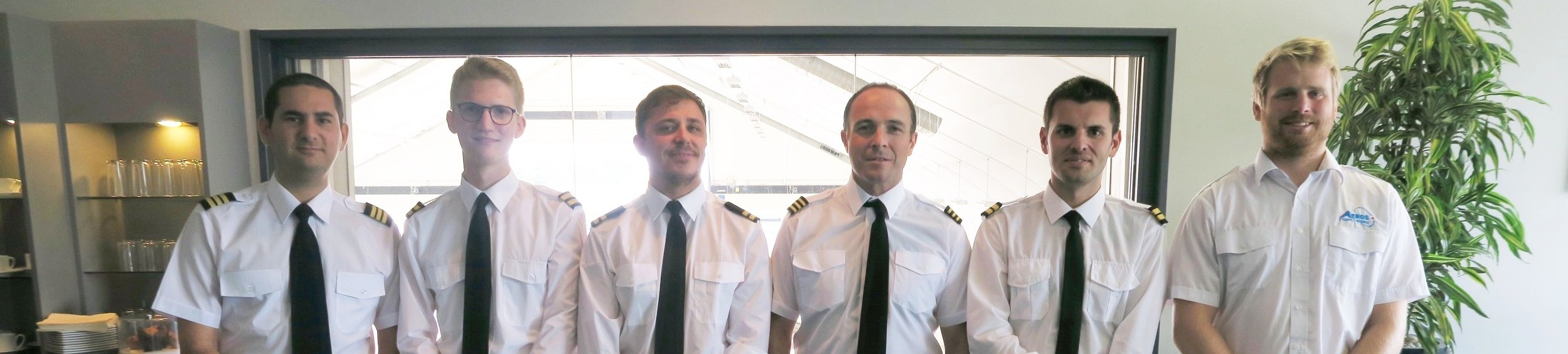 Raz (left) with his fellow APS MCC class graduates who now fly for the likes of Wizz Air, TUI and Ryanair.