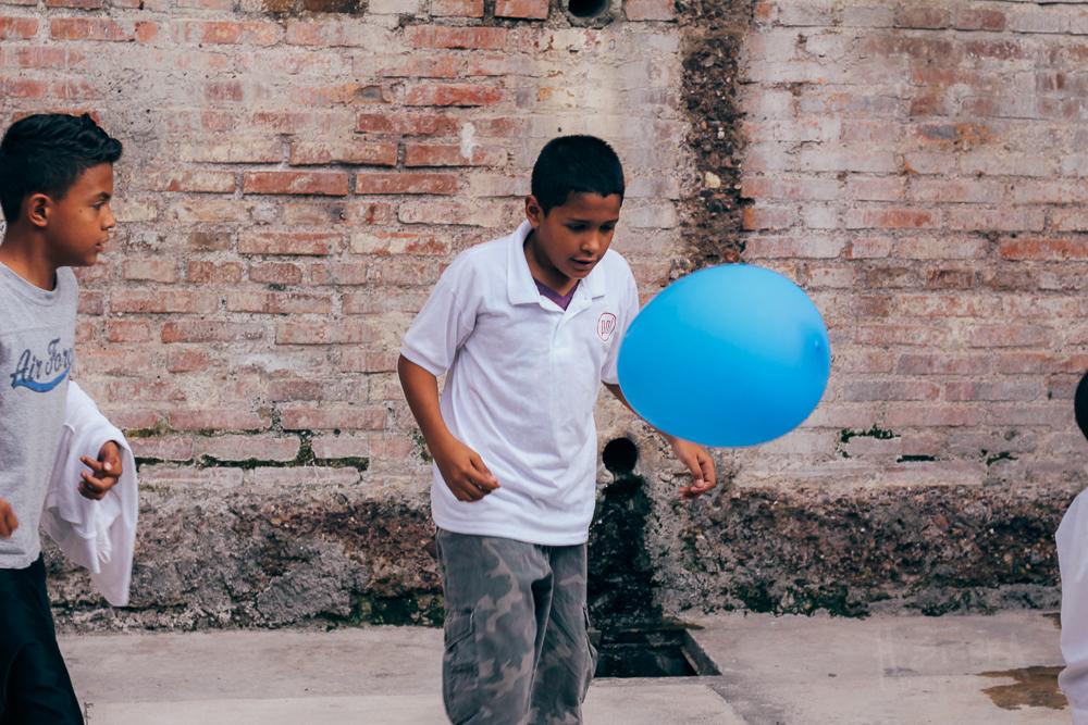 Kids playing after the workshops. | Algunos niños jugando despues de los talleres.