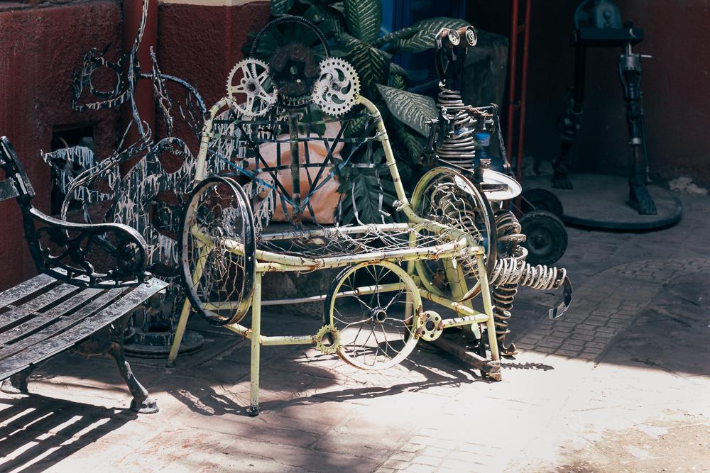 Sculpture in the courtyard. | Escultura en el patio.