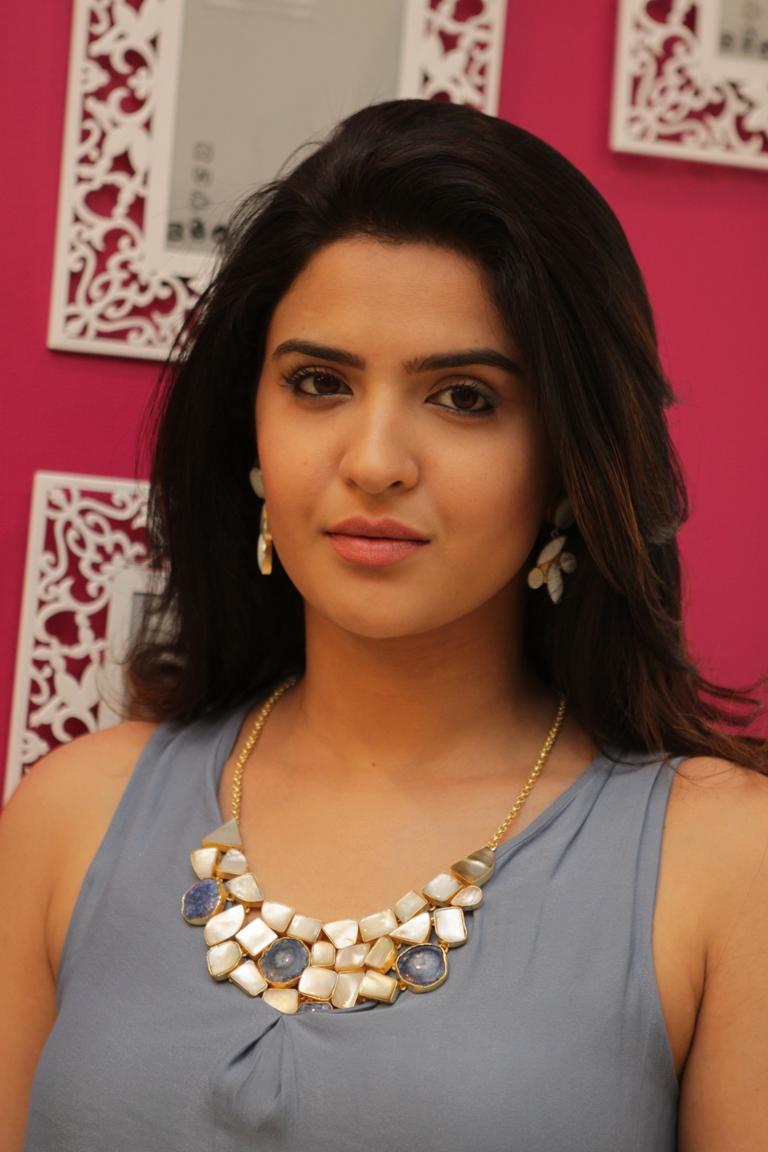 Deeksha Seth in a neckpiece by Mitaali Vohra.JPG