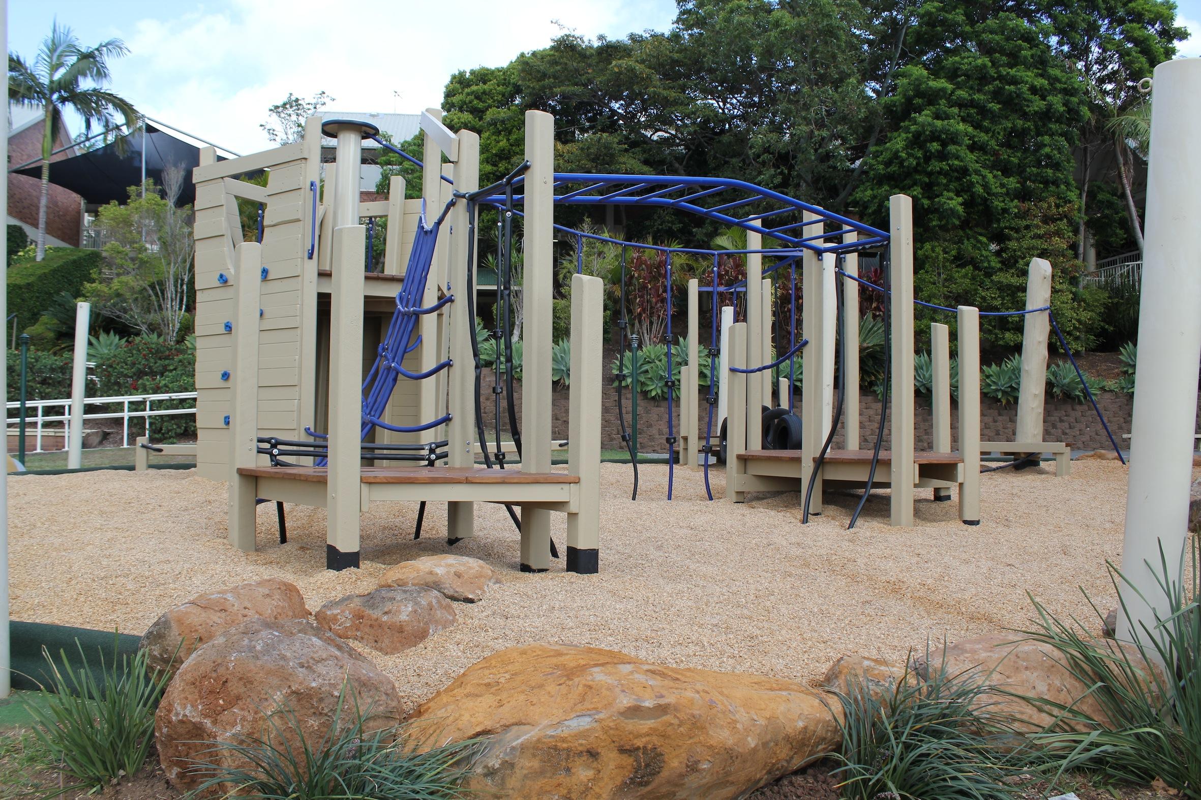 Climb walls, Pommel walk, Nets and balance beams