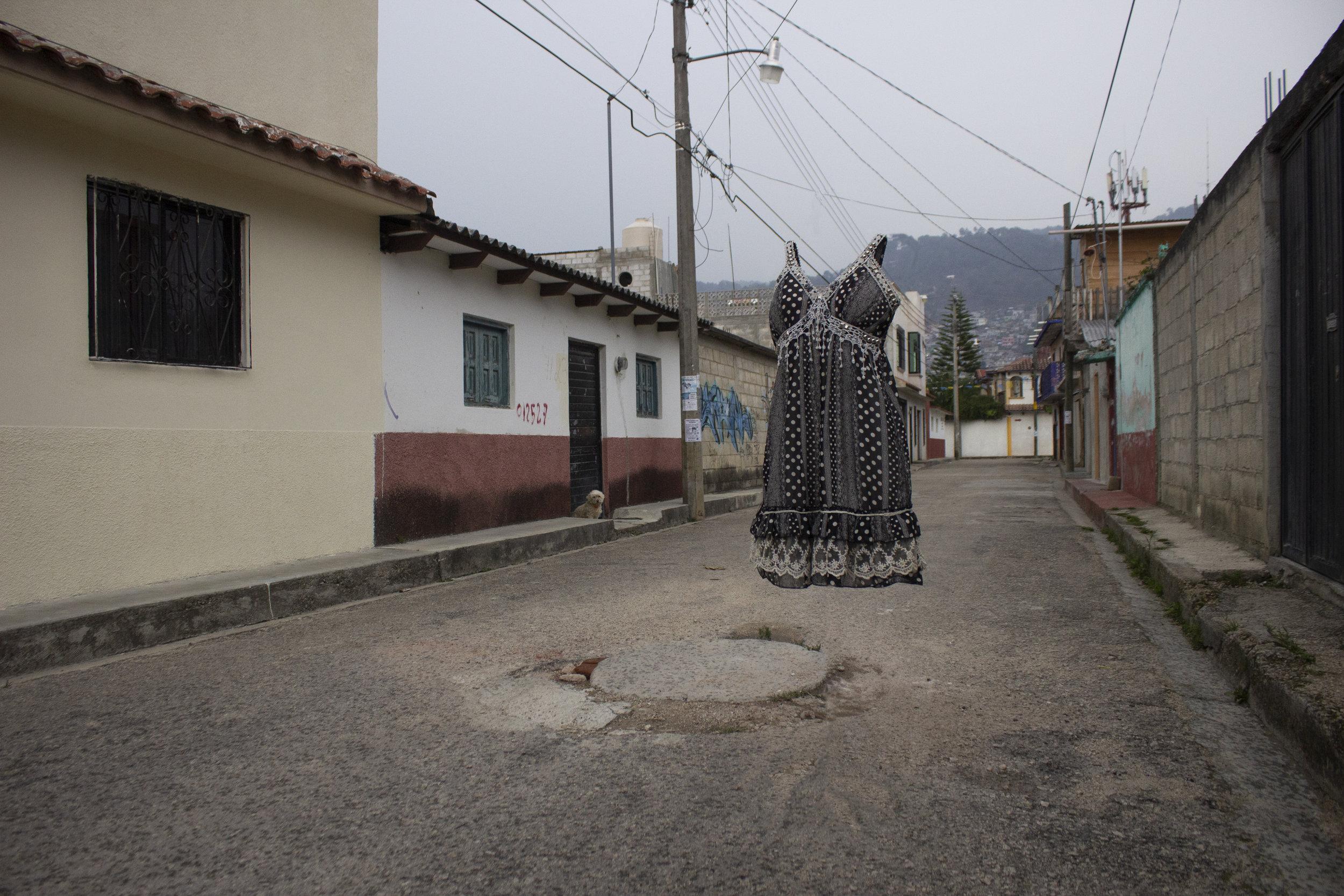 Vestido de Erika en las calles de San Cristóbal de Las Casas en dónde solía caminar cuando visitaba a su madre y hermana.