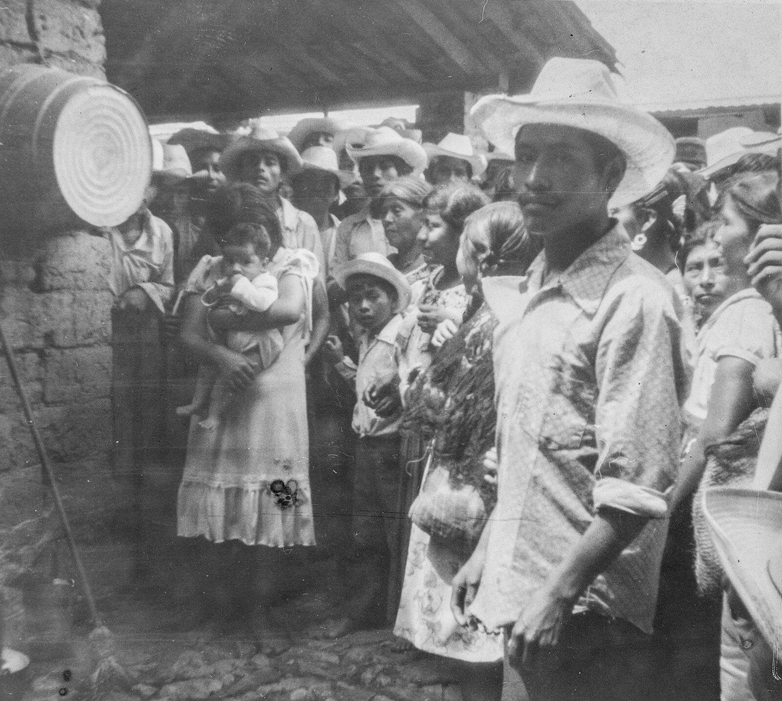 Invasión de las fincas mestizas por los campesinos indígenas tzeltales. Pueblo Nuevo Sitalá, 1980, Polaroïd blanco y negro escaneado. Crédito: Ernesto Vazquez Hernández.
