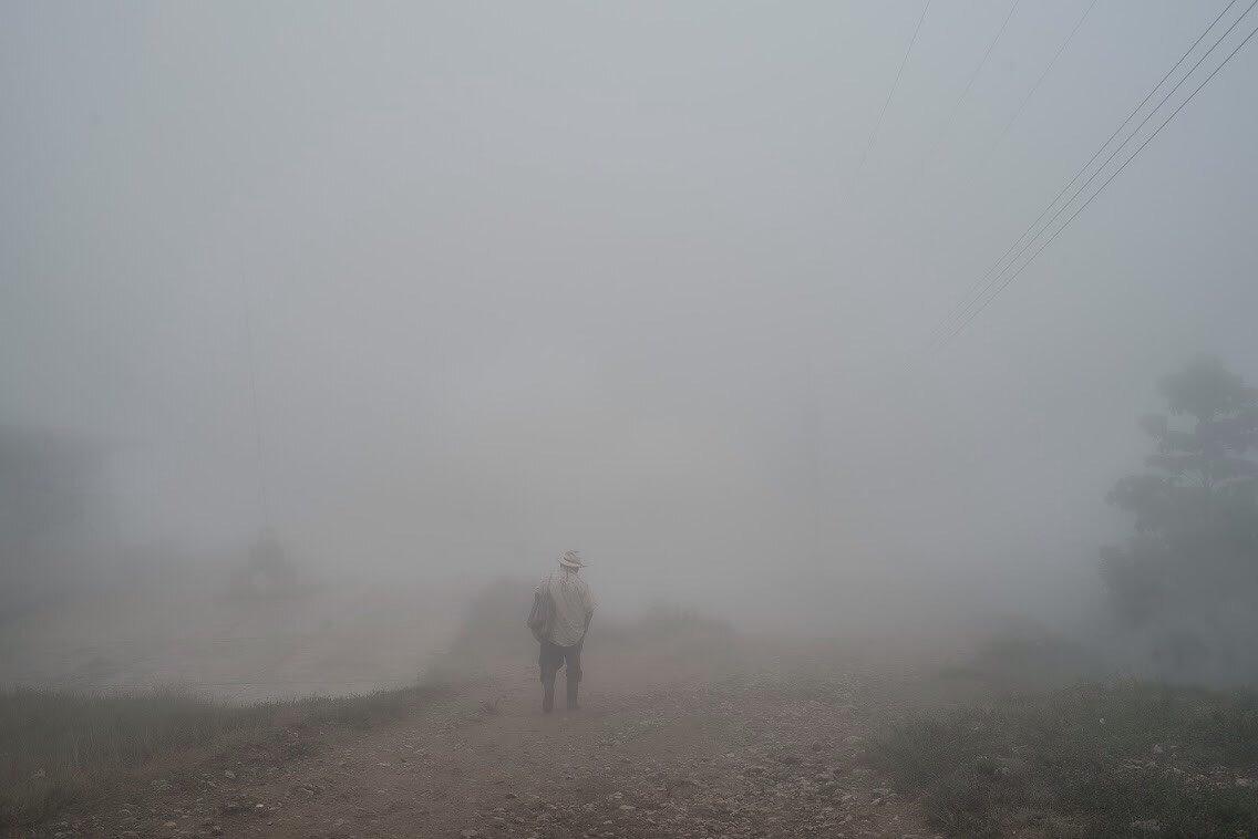 Trabajar en la neblina. Pueblo Nuevo Sitalá, 2019. Crédito: Solène Charrasse.