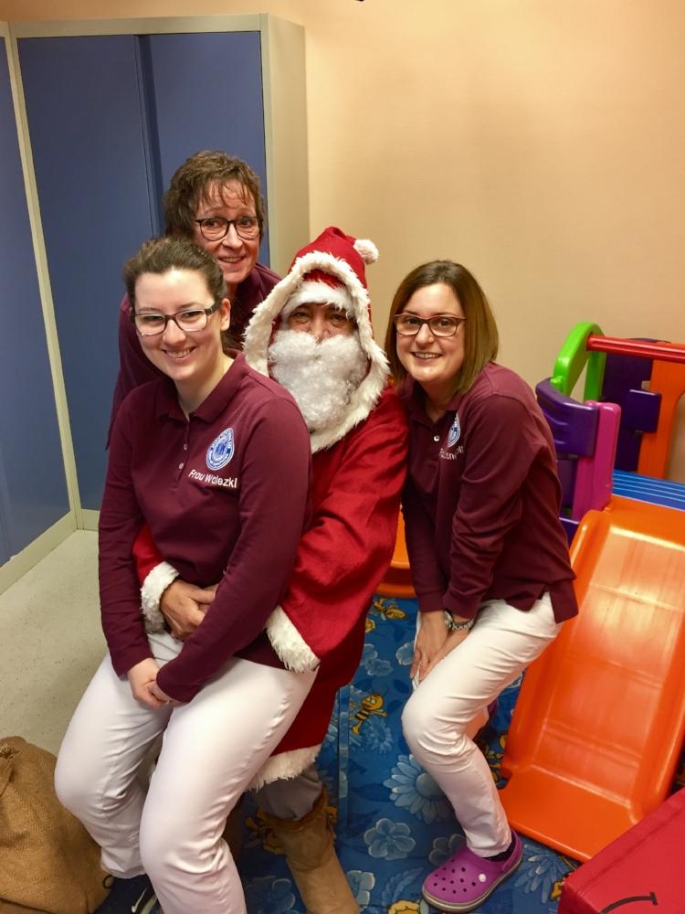 Nicht nur die kleinen Patienten freuen sich jeder Jahr, wenn der Nikolaus in die Praxis kommt.