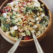 Śródziemnomorska quinoa z fetą, brokułami i papryką
