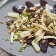 Zimowa sałatka z pieczonych warzyw z migdałami