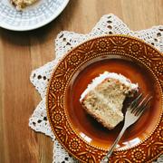 Ciasto pietruszkowe z kremem klonowym i prażonymi migdałami
