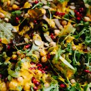 Sałata z ciecierzycą, gorgonzolą, granatem i dyniowym vinaigrette