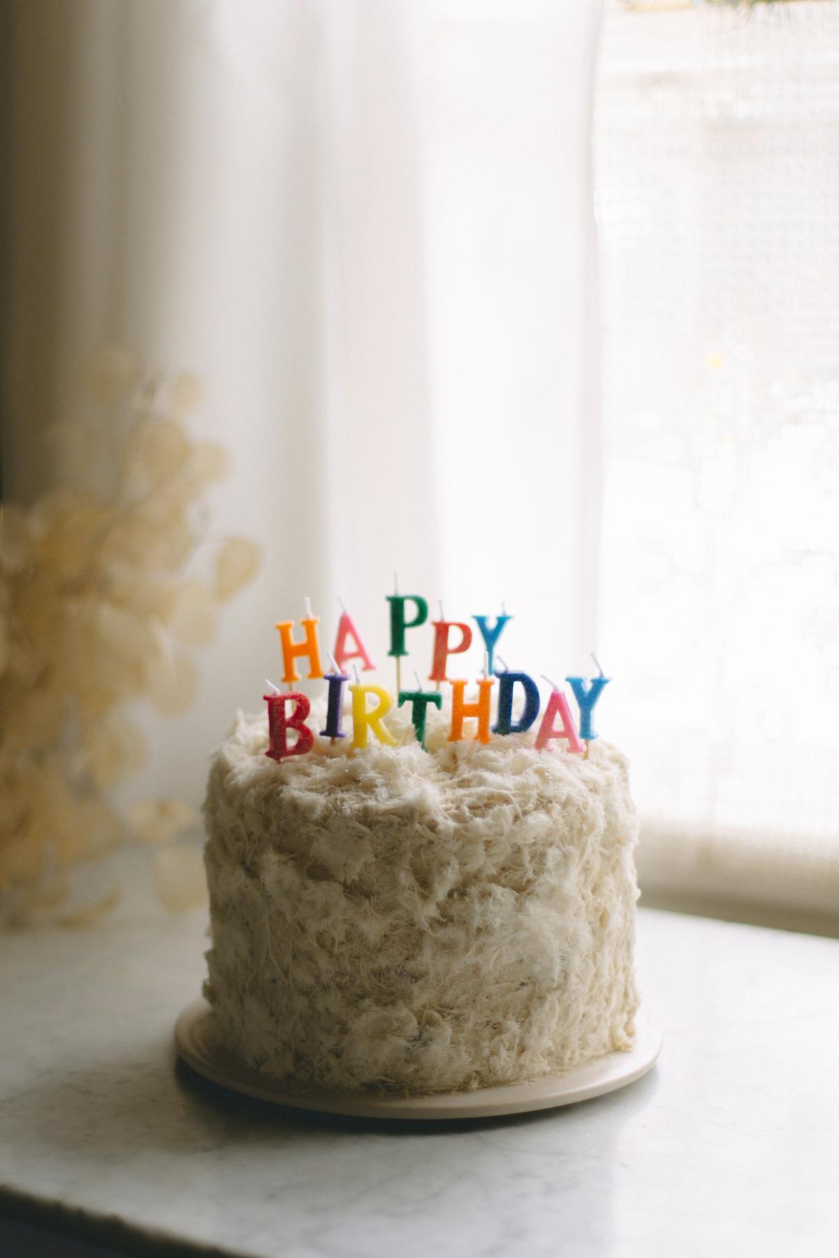 chałwowy tort urodzinowy z wiśniami i amaretto