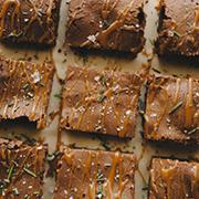 Rozmarynowe ciasto czekoladowe z karmelem i solą morską