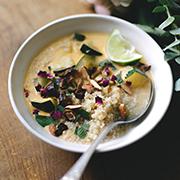 Tajska zupa kokosowa z cukinią i pieczonymi migdałami