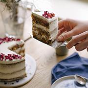 Gryczane ciasto marchewkowe z kremem z ricotty i płatkami róży