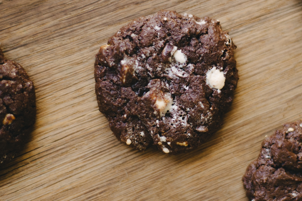 czekoladowe ciastka gryczane z chałwą i biała czekolada