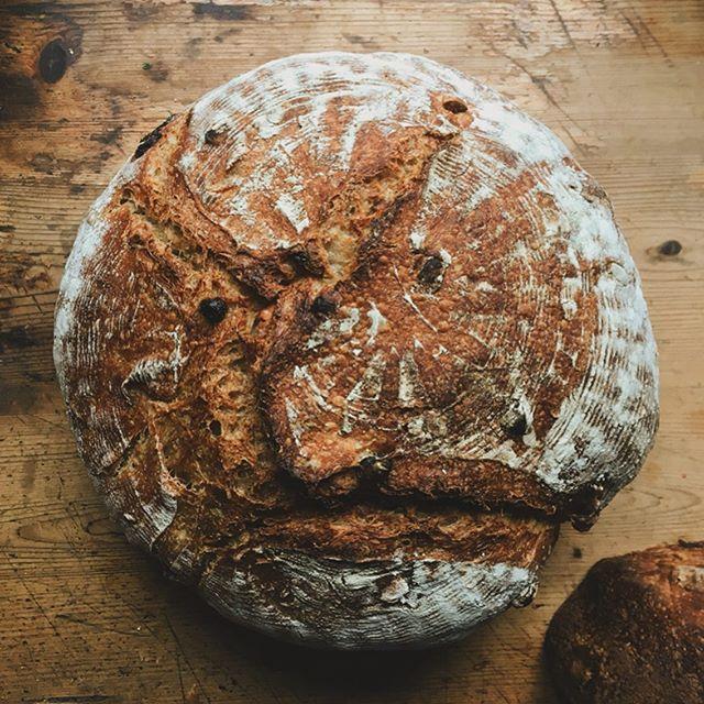 Kolejne bochenki pękają coraz bardziej swawolnie, a my odważnie dorzucamy do środka garści bakalii i różne mąki! #dzielosztuki #chlebdomowy #piekarnia #namedal #nazakwasie #uwagapyszne