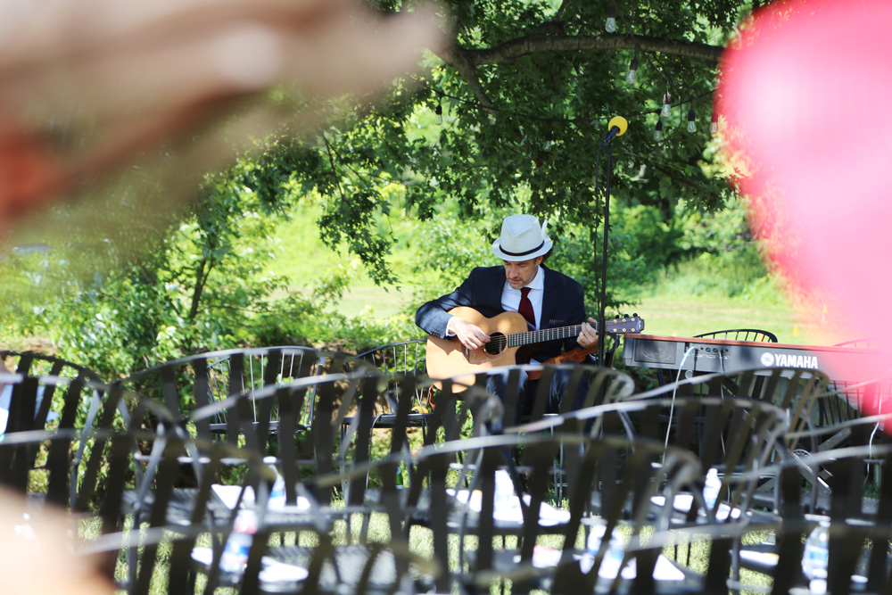 Guitar player before the wedding