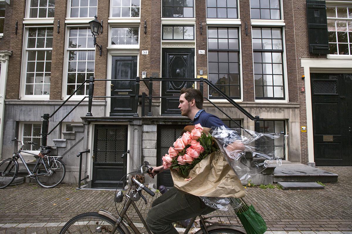 Ecuadorian roses fly through the streets of Amsterdam!  Image:  Cris Toala Olivares