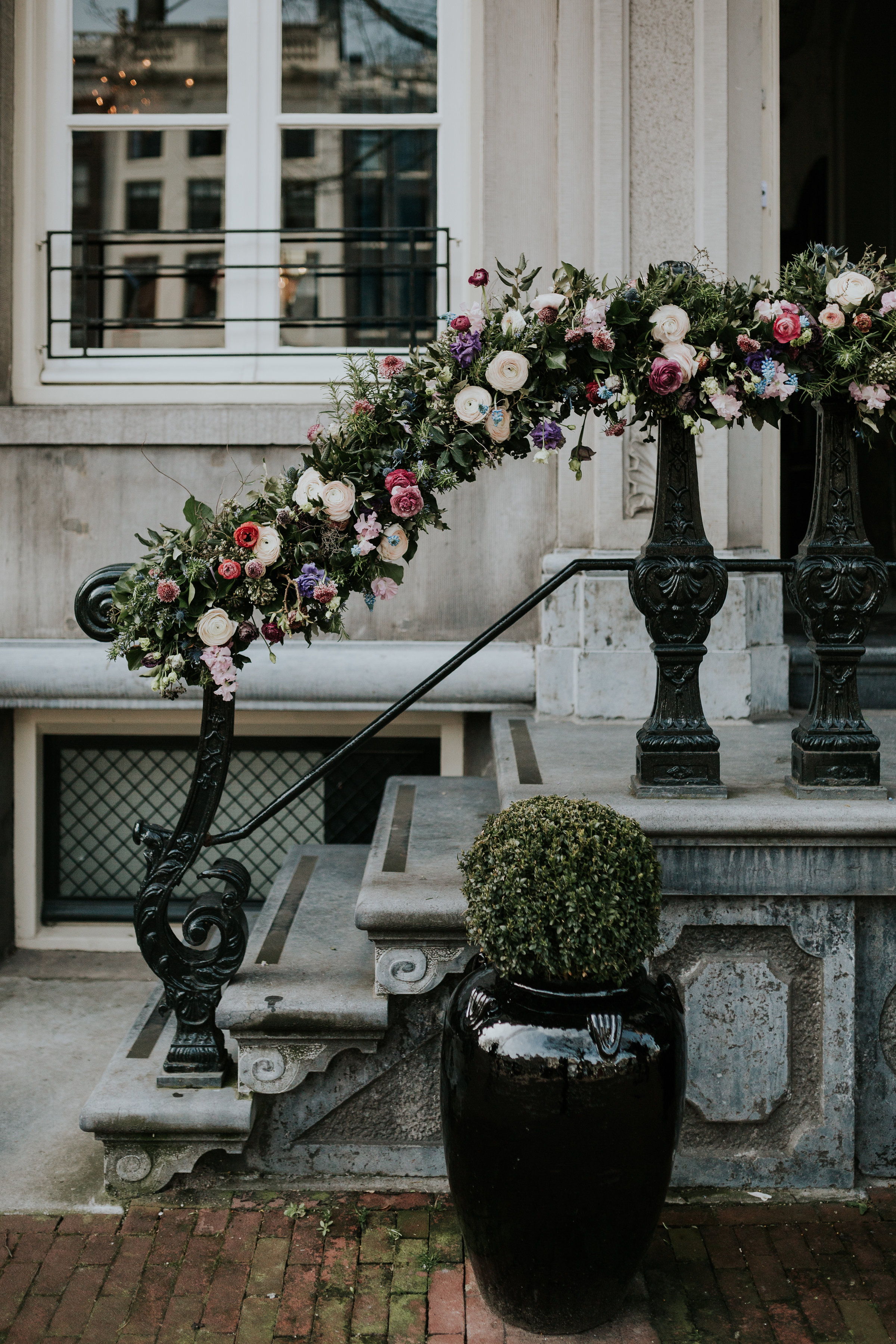 A.P Bloem florist ceremony ceremonie bloemist evenement bloemen amsterdam luxury golden age guirlande garland florals pulitzer wedding bruiloft trouwen marriage styling liefde peonies poppies papaver goudeneeuw stilllife dutch garland guirlande