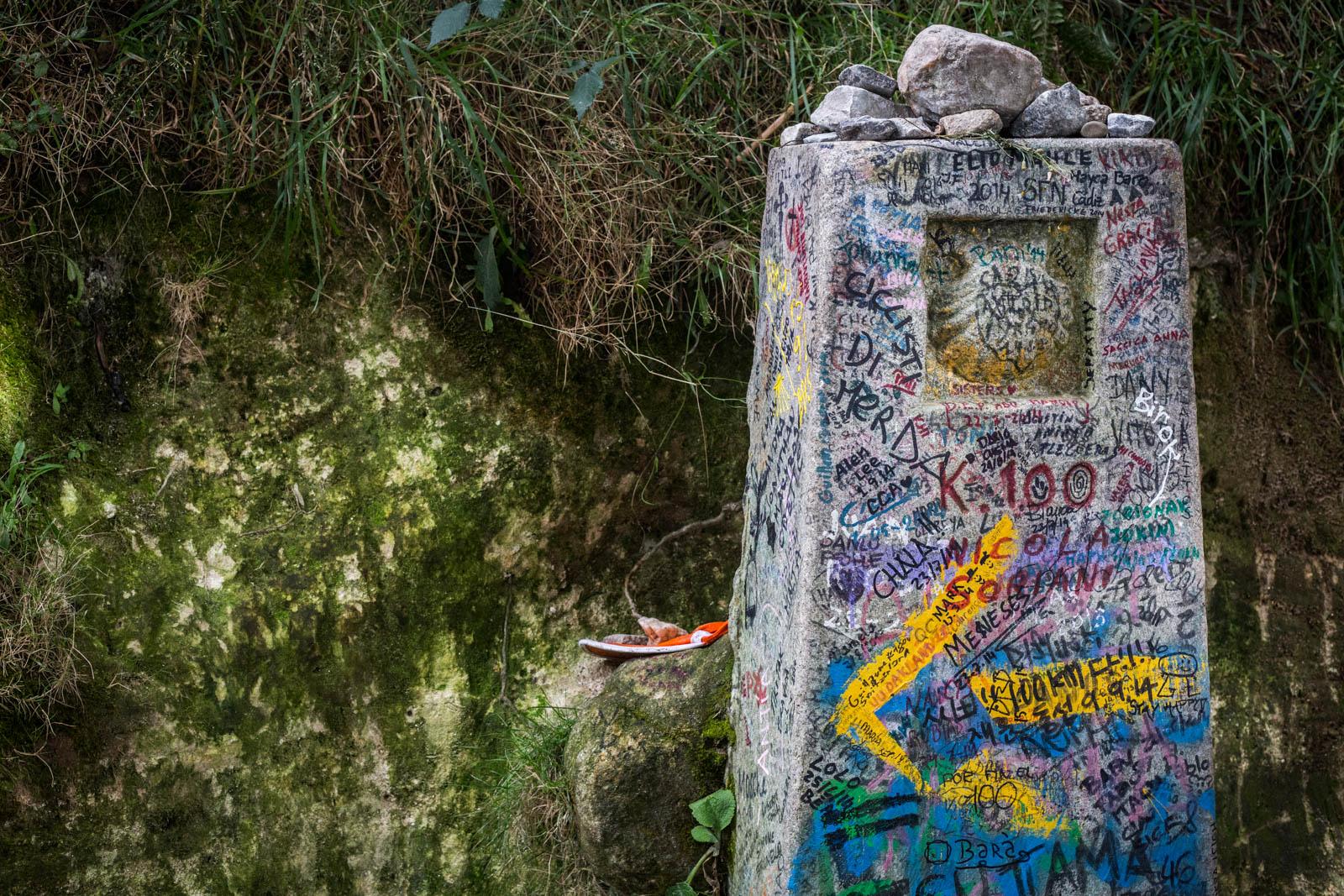 El verdadero punto kilométrico 100... y ejemplo de como no se deben vandalizar los elementos históricos!