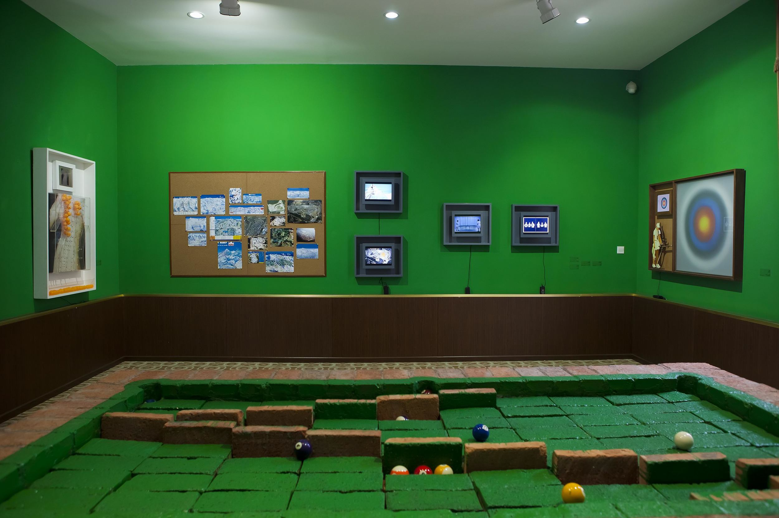 Li Qing 李青, Room of Games 游戏房, 2011, Video installation 录像装置