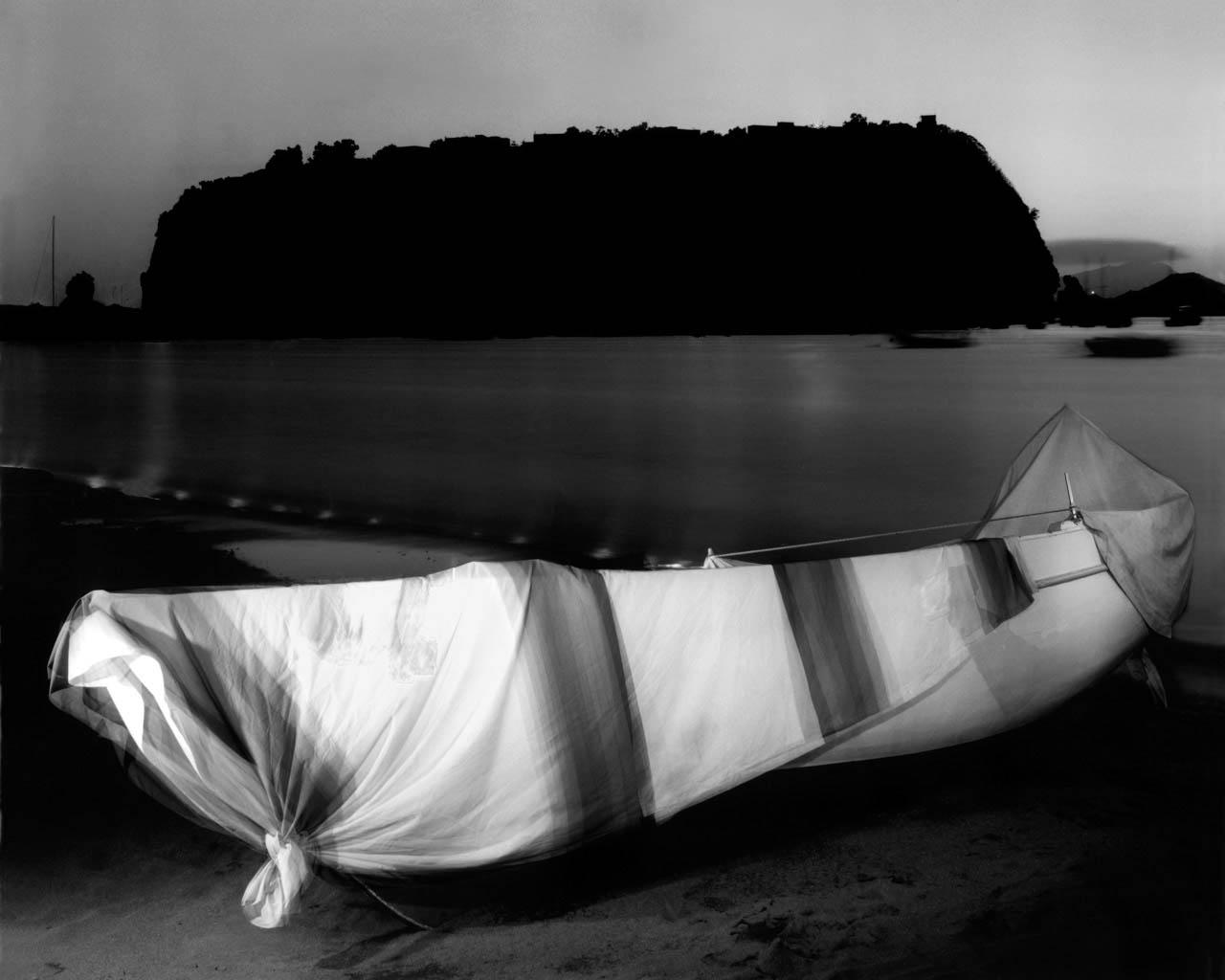 Sulla spiaggia, Coroglio, 2001 Stampa digitale su carta Hahnemuhle, cm 100x120 / cm 120x140 (ed. 6 + 1AP)