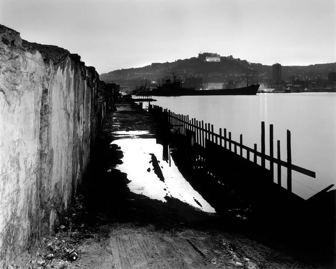 Sul lato della base Nato, porto di Napoli, 2001  Stampa digitale su carta Hahnemuhle, cm 100x120 / cm 120x140 (ed. 6 + 1AP)