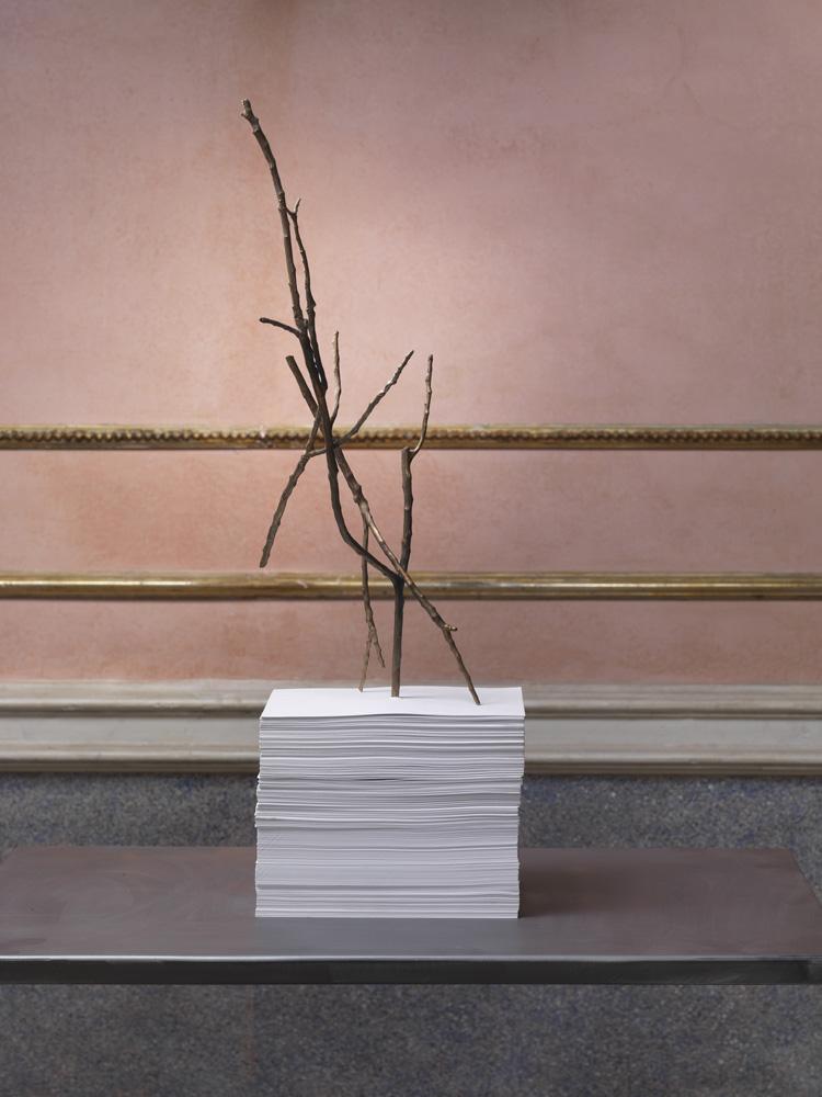 Colpo mancino I , 2014 carta, bronzo, cm 21 x 15 x 36  © Luciano Romano