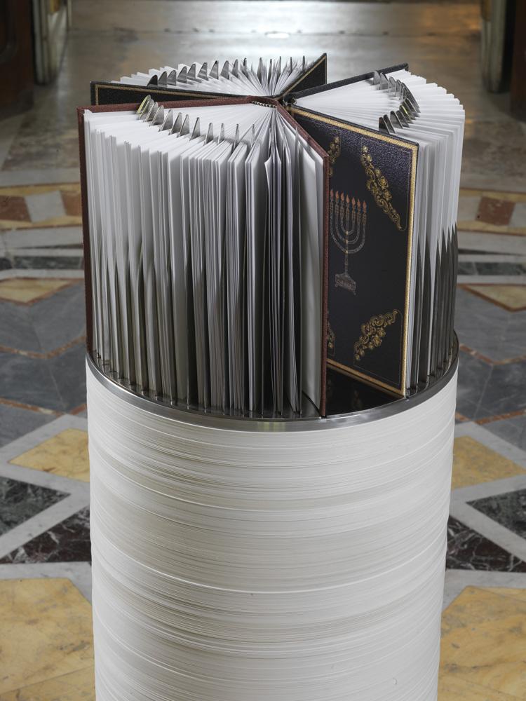 Lame , 2014 libri di carta, acciaio © Luciano Romano