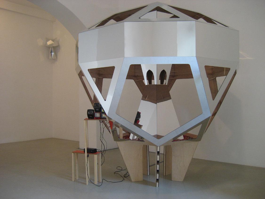 Eleanor & James Avery,  Feeder , 18 giugno 2009, Roma   Feeder ,mirror laminate on plywood, timber, carpet, 35mm slide viewers, vinyl, cm 200x200x200