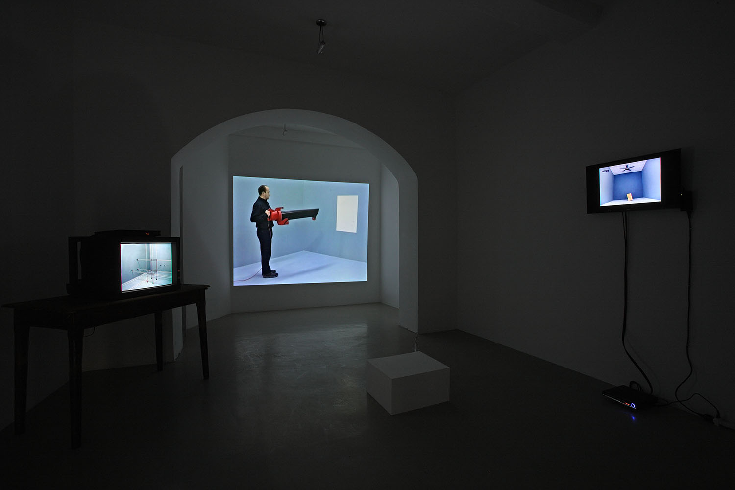 John Wood & Paul Harrison, video installazione Studio Trisorio Roma (H)-2.jpg