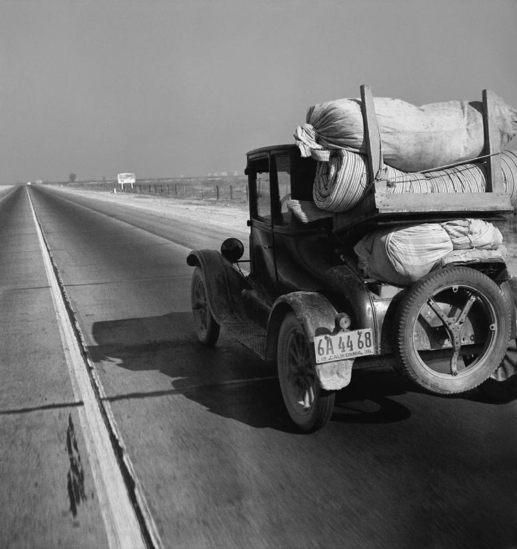 Dorothea Lange,  Drought Refugee's Car on U.S. Highway 99 , California, 1936, cm 37,5x40, framed cm 55x55